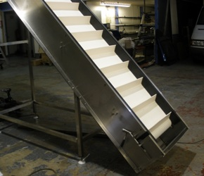 incline conveyor for loose food products with flights