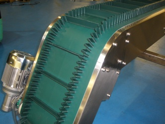Incline belt conveyor with corrugated side walls