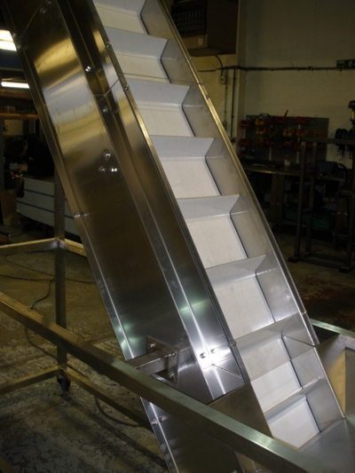 inclined belt conveyor with flights
