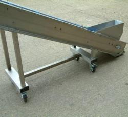 Portable incline conveyor with casters